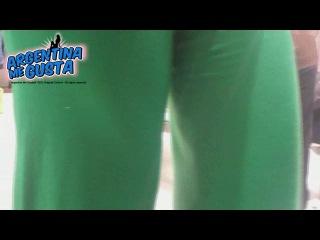 Верблюжья лапка (camel toe) у девушки в зеленых штаниках